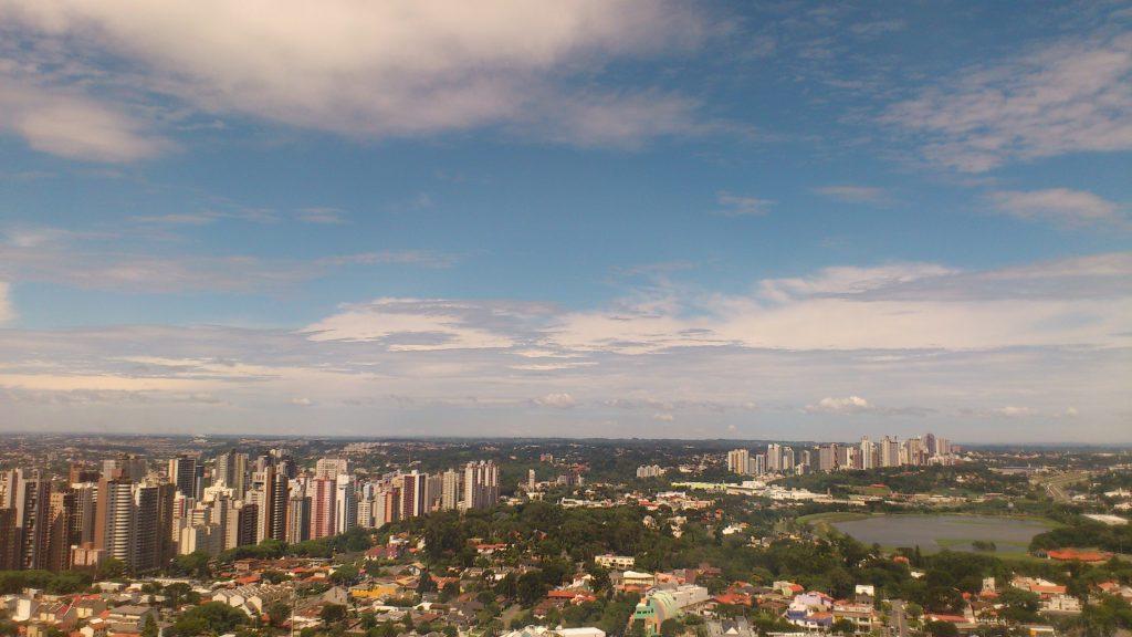Lago do Parque Barigui, a direita, tem 400 mil m² e ajuda a conter as cheias do Rio Barigui, em Curitiba.