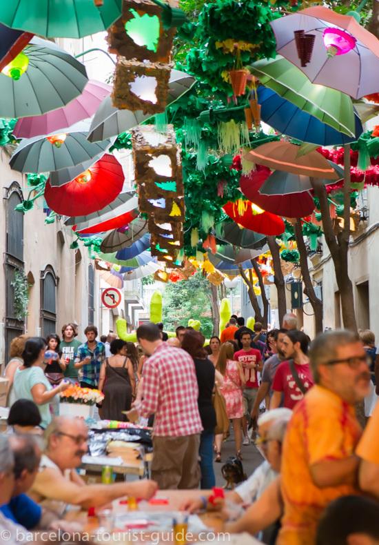 Moradores e turistas lotam as ruas decoradas do bairro de Gràcia, em Barcelona. Foto Guia Turístico Barcelona