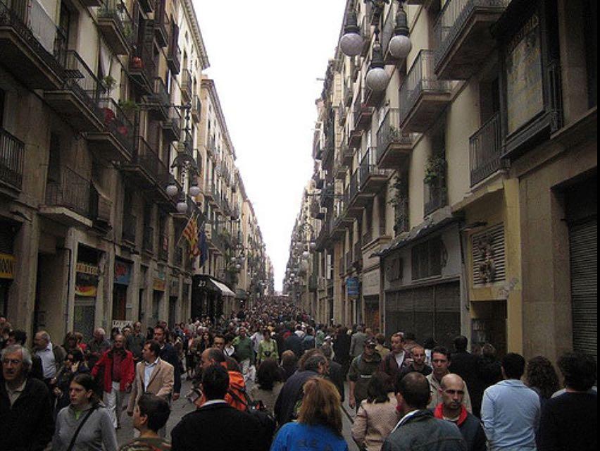 A festa atrai dezenas de escritores e milhares de turistas. Durante toda a semana ruas lotadas, muitas feiras e fóruns literários.