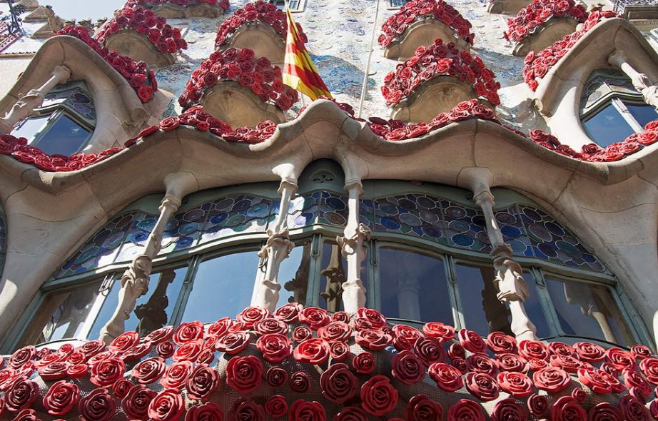 A maravilhosa Casa Batlló ganhou decoração especial para celebrar Saint Jordi.