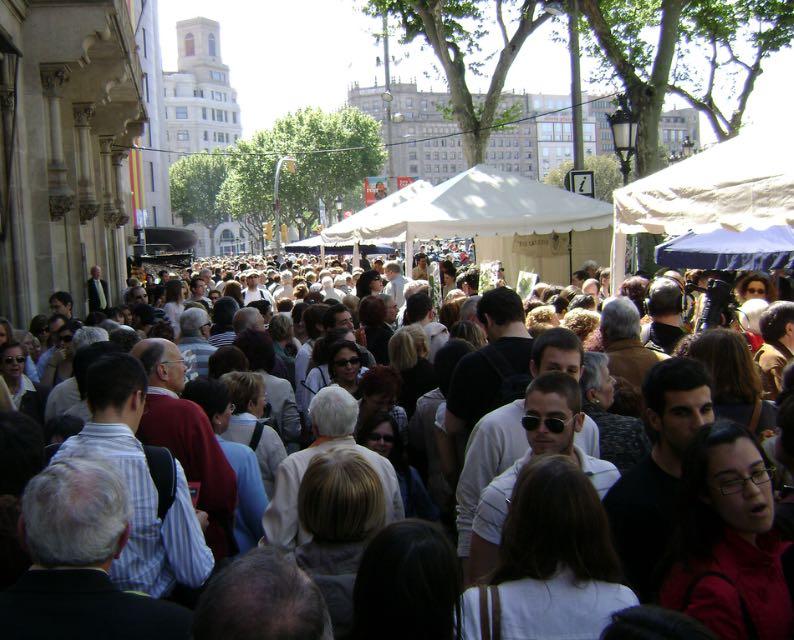 Nas ruas milhares de pessoas que já garantem livros e rosas para serem presenteados amanhã.