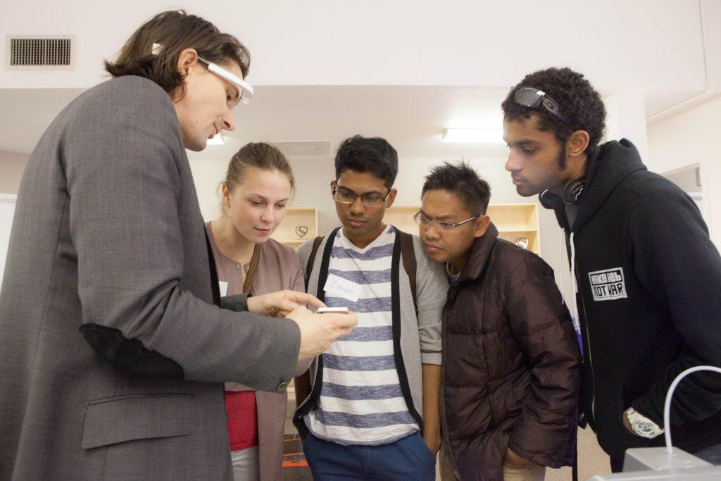 Foto: divulgação Singularity U Legenda: Rob Nail, CEO da Singularity University recebe jovens visitantes no campus da universidade
