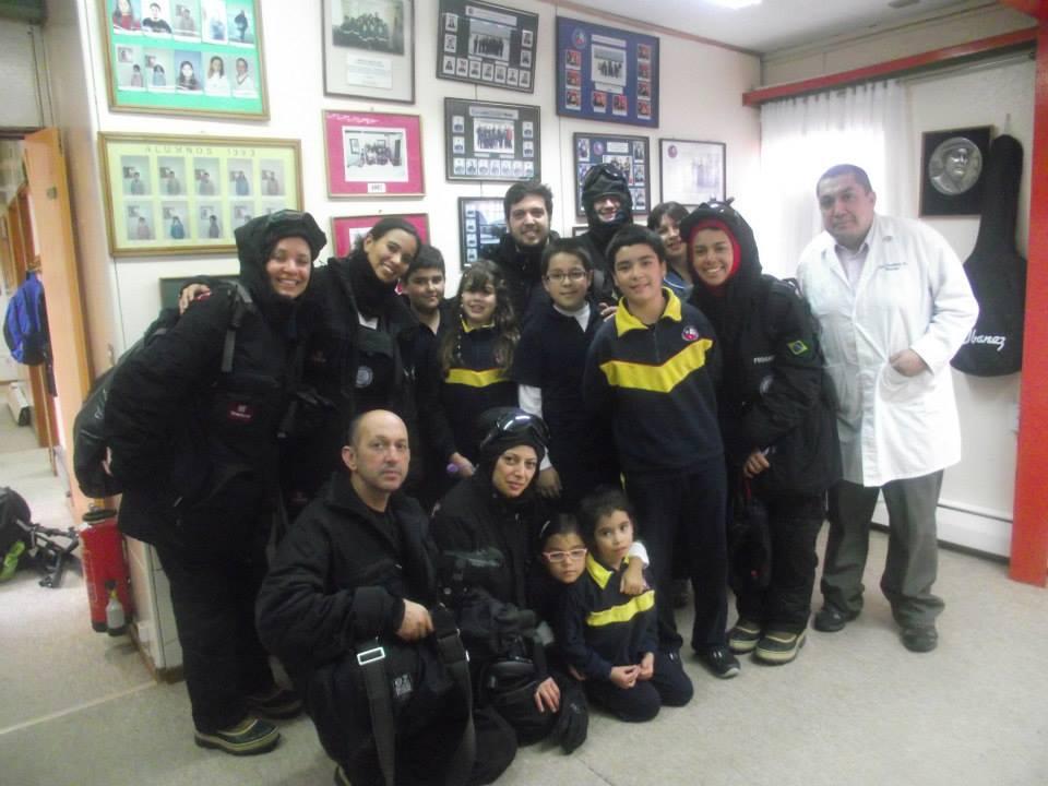 Nosso grupo de jornalistas com alunos e professores durante visita à escola da Villa Las Estrelas.