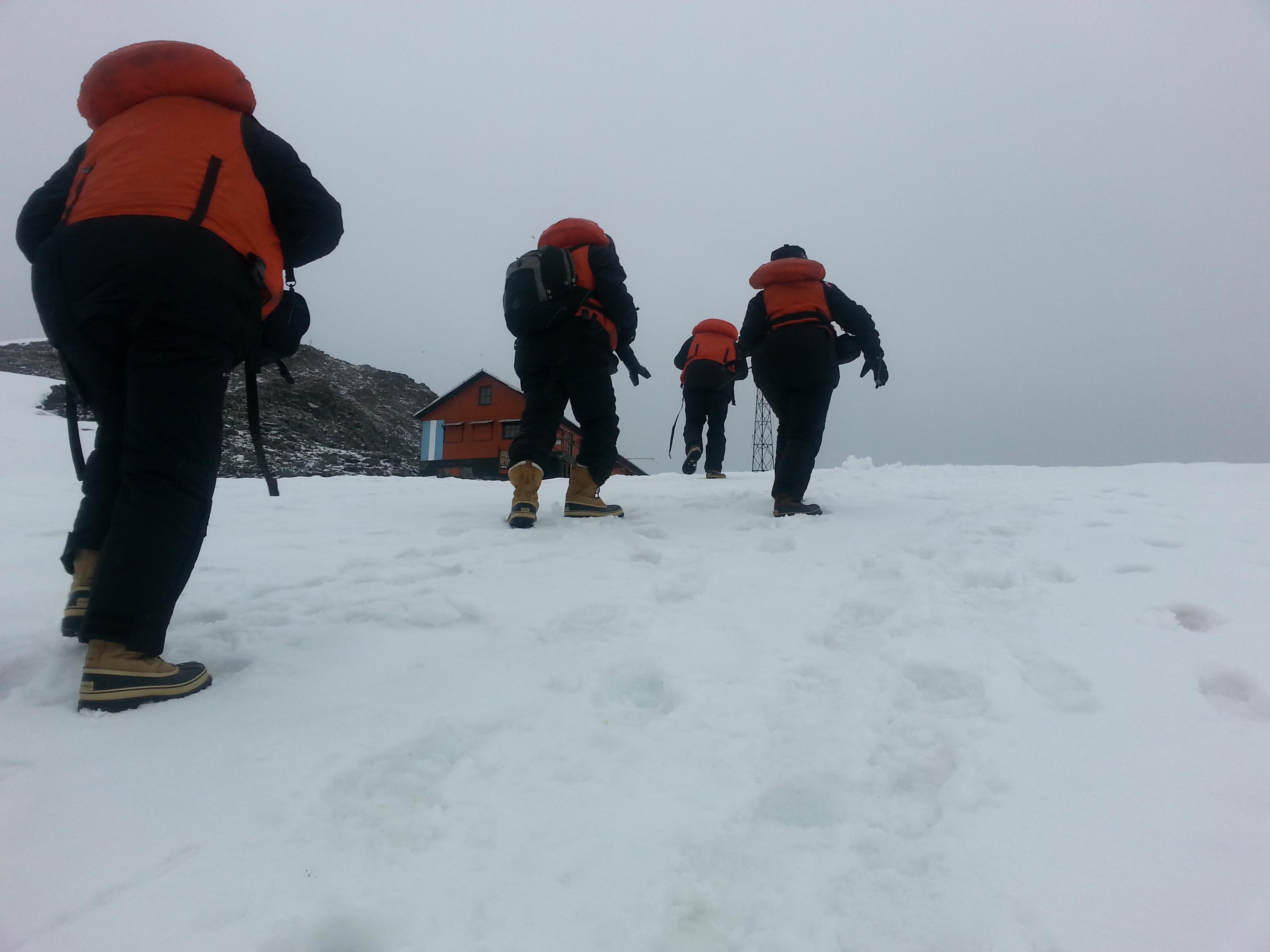 Andar na neve com roupas pesadas, carregando equipamentos, contra o vento e chuva fina,é das tarefas mais cansativas. Foto Dionei Santos.