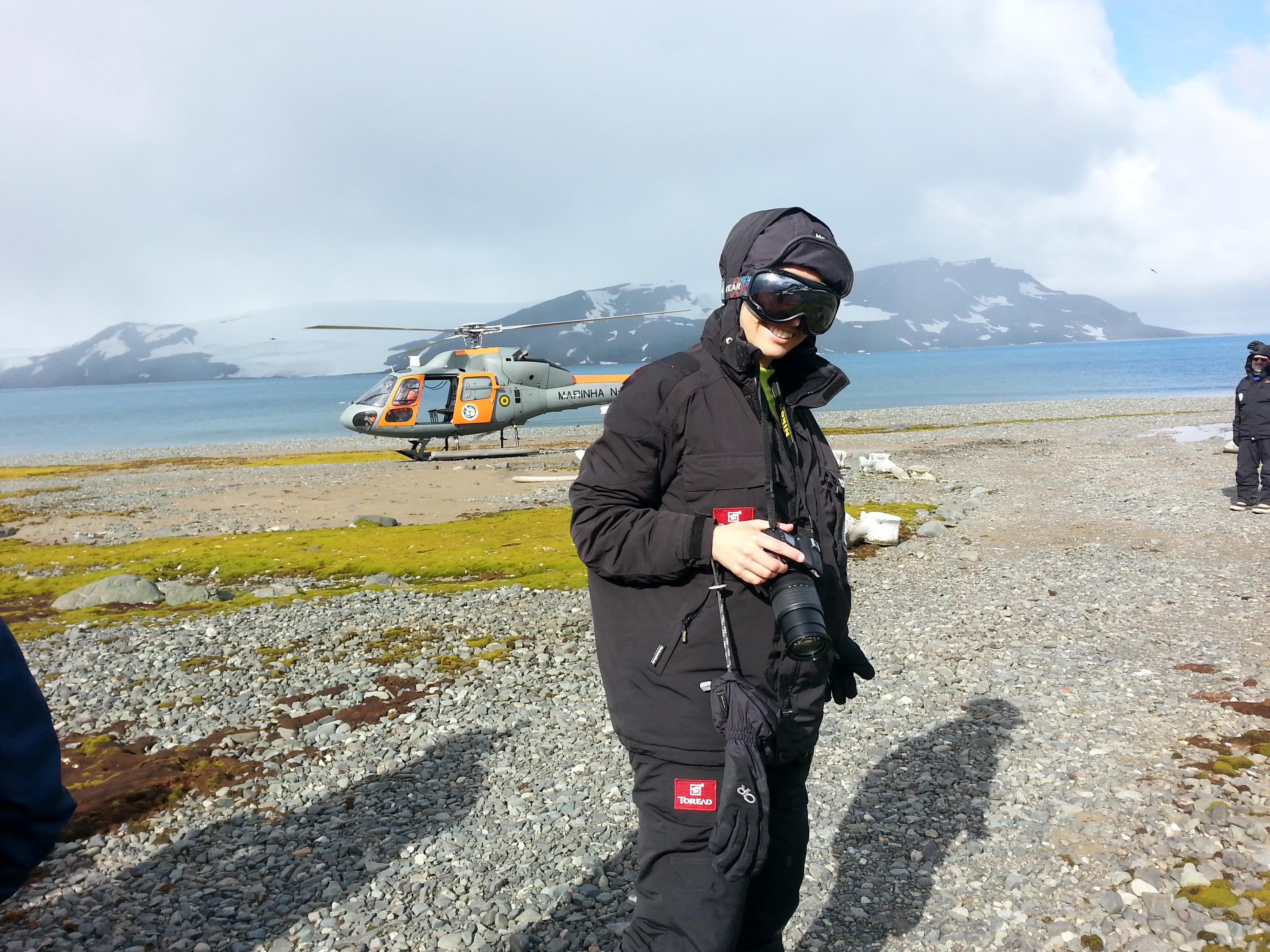 Eu, curtindo a espera para realizar um surpreendente sobrevoo antártico. Foto Dionei Santos.