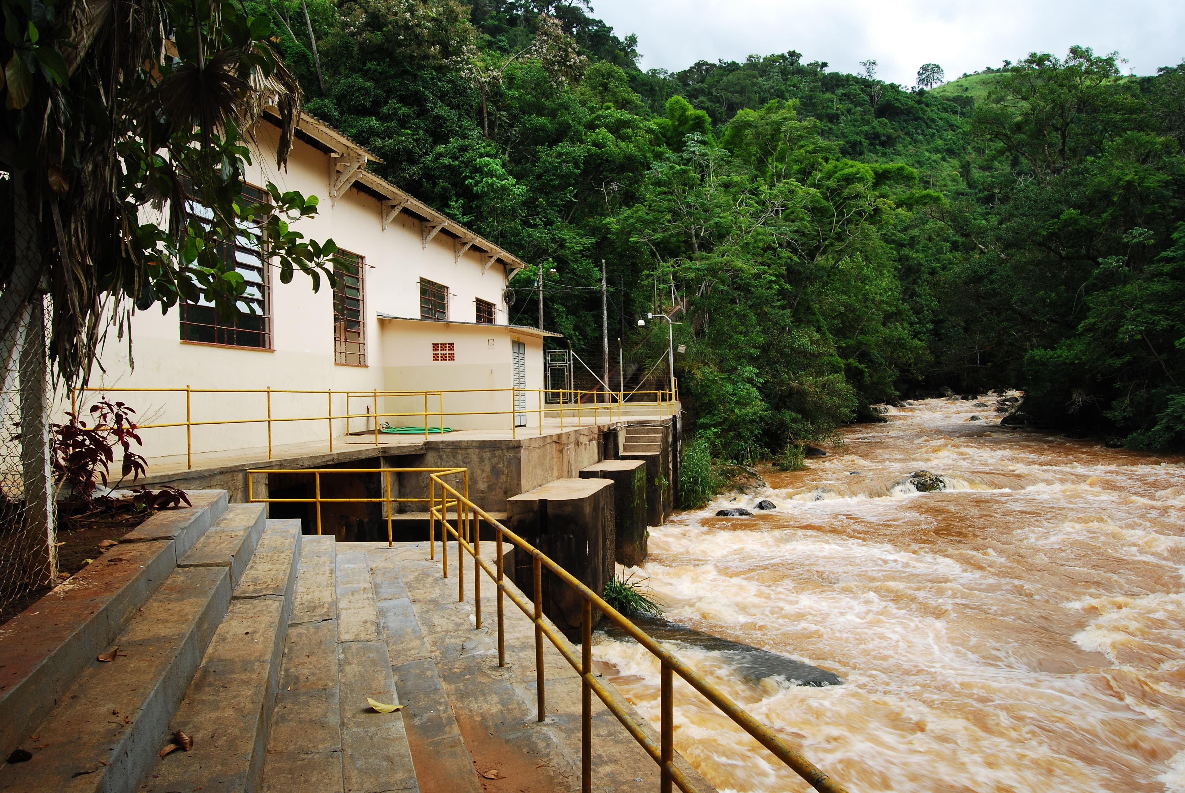 A PCH Apucaraninha fica entre Londrina e Tamarana, no nort e do Paraná, e teve o seu início de operação comercial em 1949, com o aproveitamento do Salto Grande, no Rio Apucaraninha.