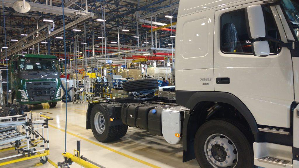 Montagem de cabines de caminhões na fábrica da Volvo