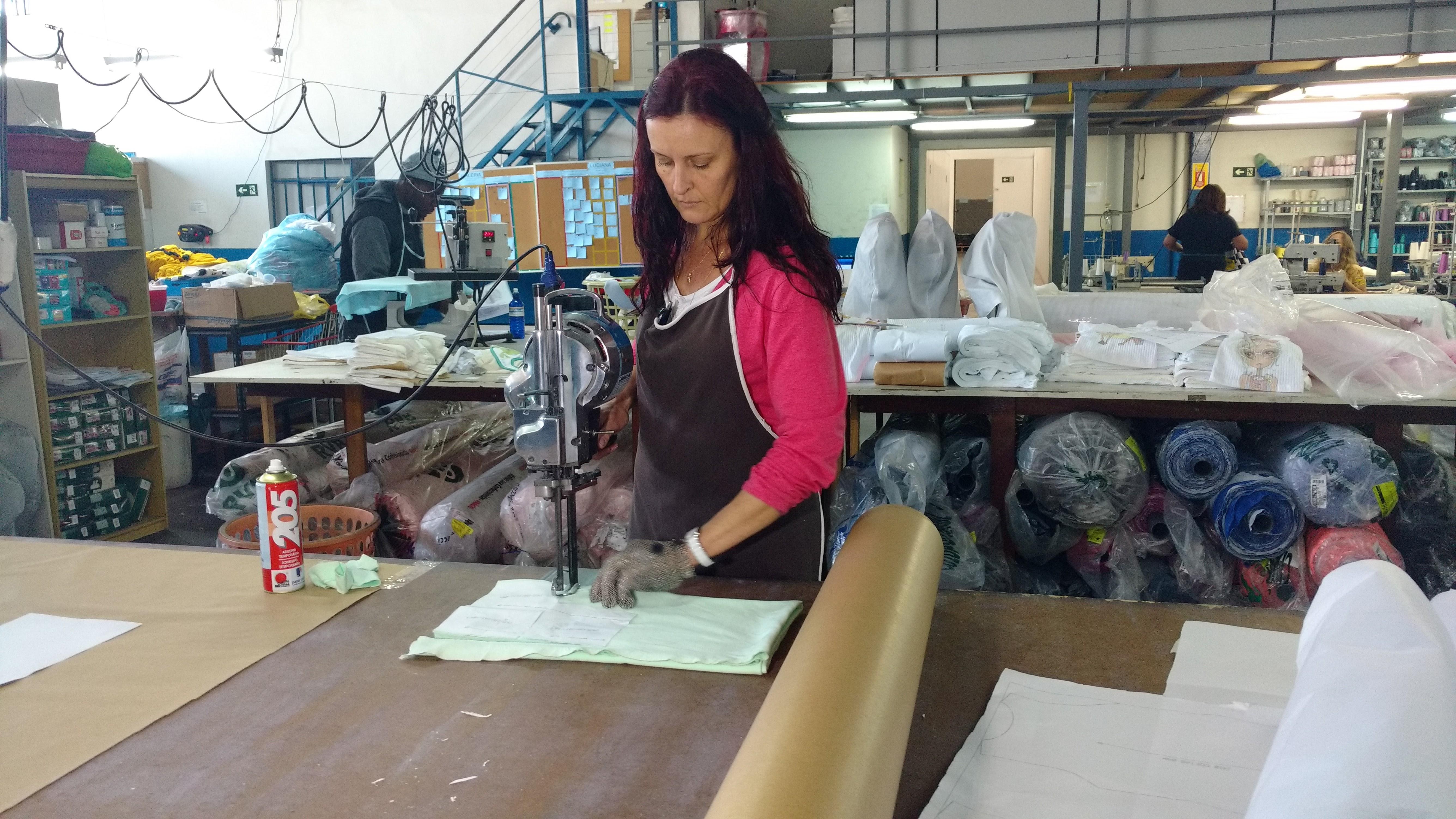 Mulher trabalhando na área têxtil