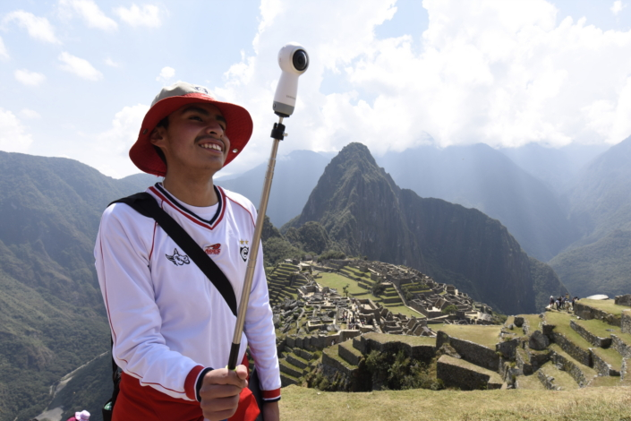 """Material de divulgação da Samsung Smart School, no Peru, inclui vídeo com imagens gravadas em Machu Picchu, a """"cidade perdida dos Incas""""."""