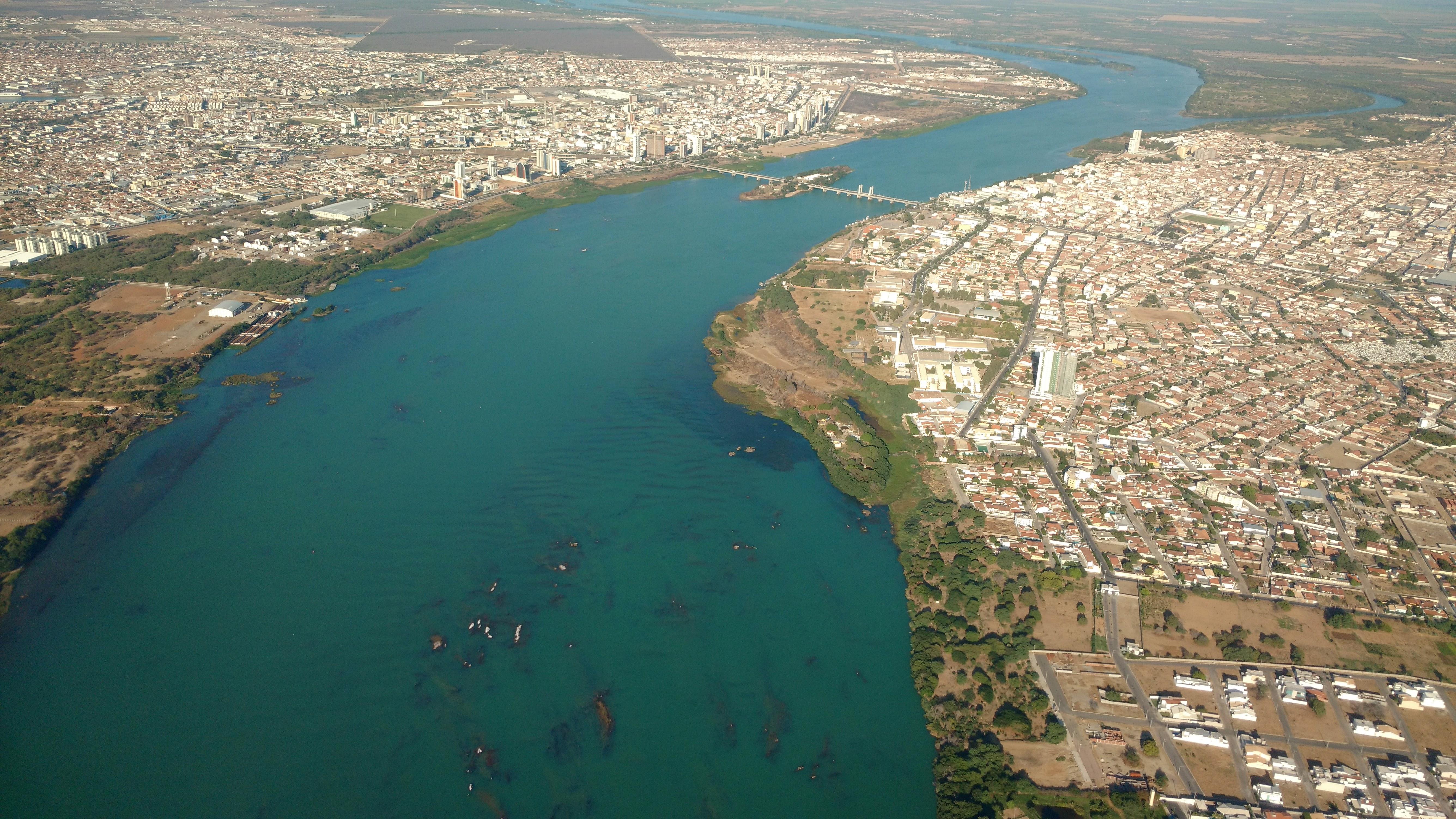 O azul turquesa do rio São Francisco recebe da boas vindas a quem chega ao semiárido. Na foto, o trecho urbano do Velho Chico, dividindo Petrolina, no Pernambuco, e Juazeiro, na Bahia.