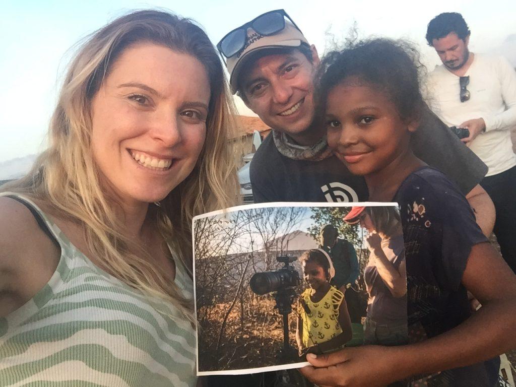 Ação de entrega de fotos para pessoas no sertão. Foto Karina Oliani