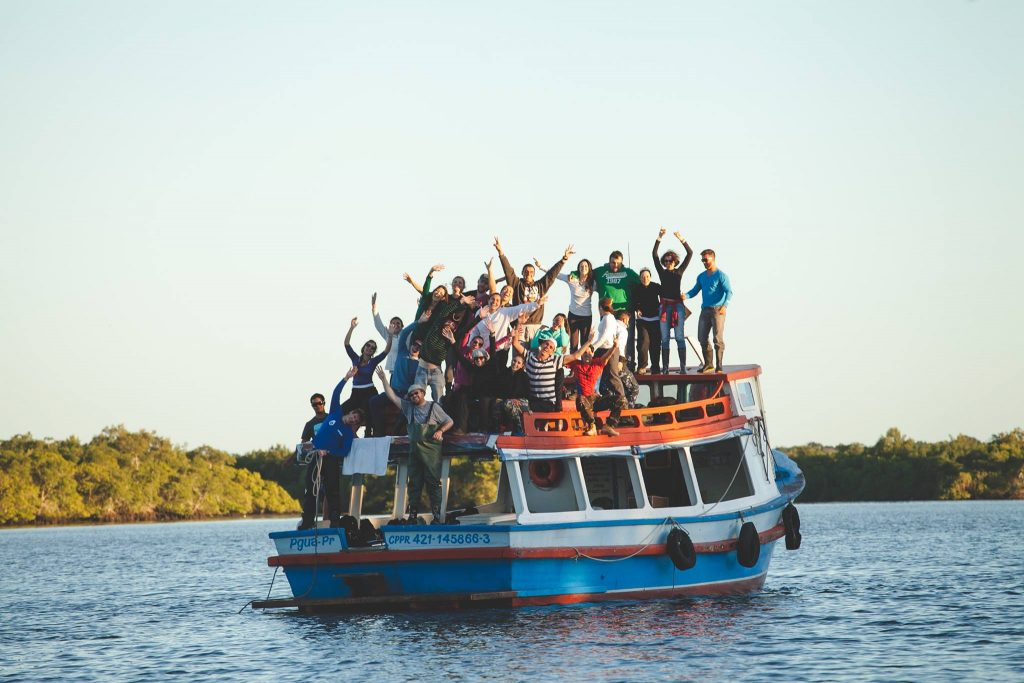 Voluntários do Barco Sorriso celebram conclusão de atividades em fim de tarde na Baía de Guaraqueçaba, no Paraná. Foto Bruno Santos.