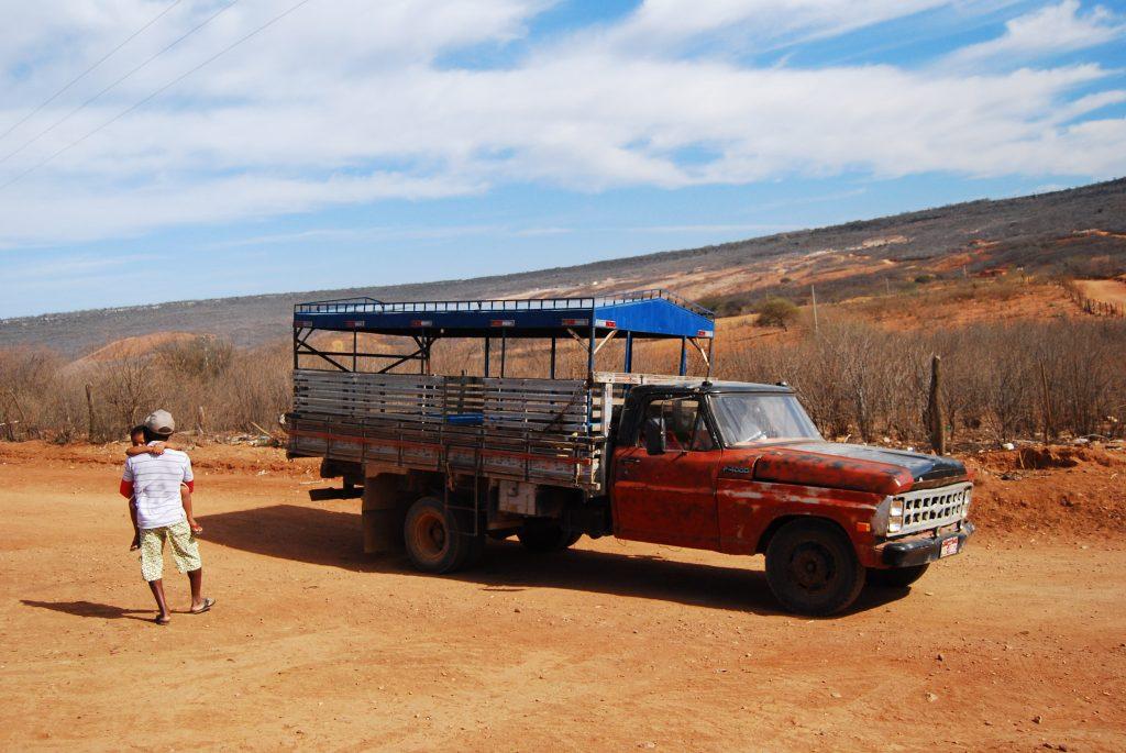 Pau de arara resiste como o transporte coletivo no sertão.