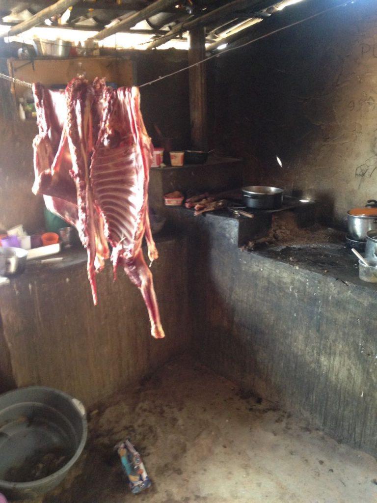 Carne de animal abatido seca dentro de casa no sertão nordestino. Foto Gustavo Soncini