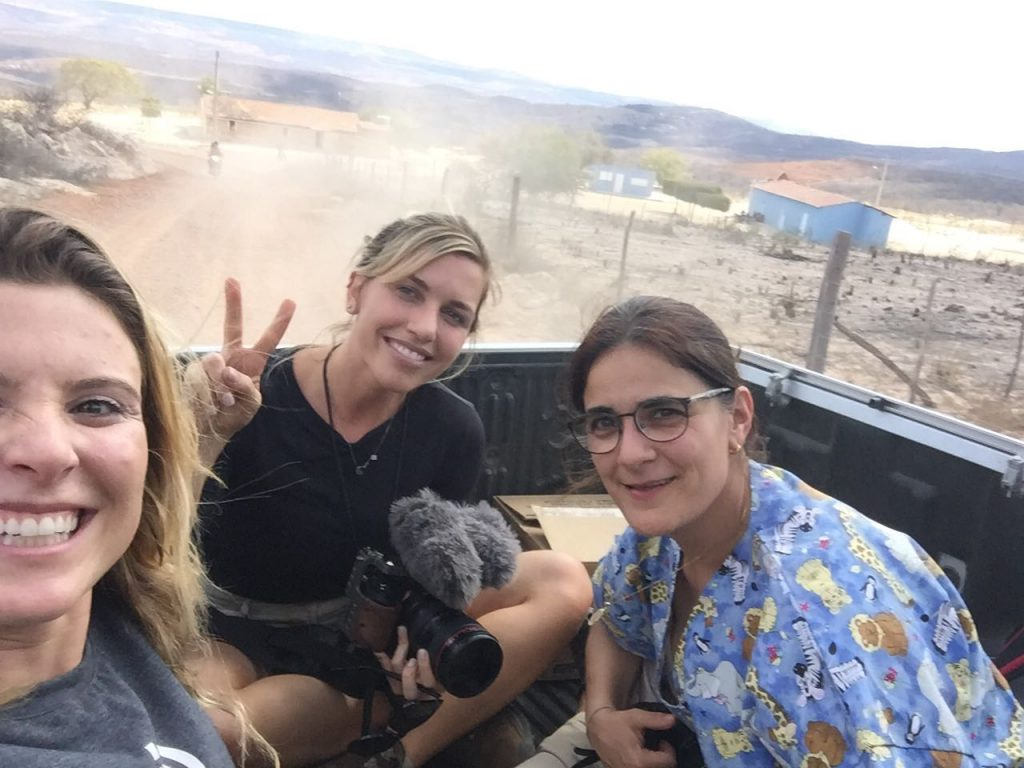 Karina Oliani faz selfie com Beta Recorder e a pediatra Karina Carneiro Branco. Três voluntárias que integram a Expedição Médica pela segunda vez em trajeto para visita domiciliar no sertão.
