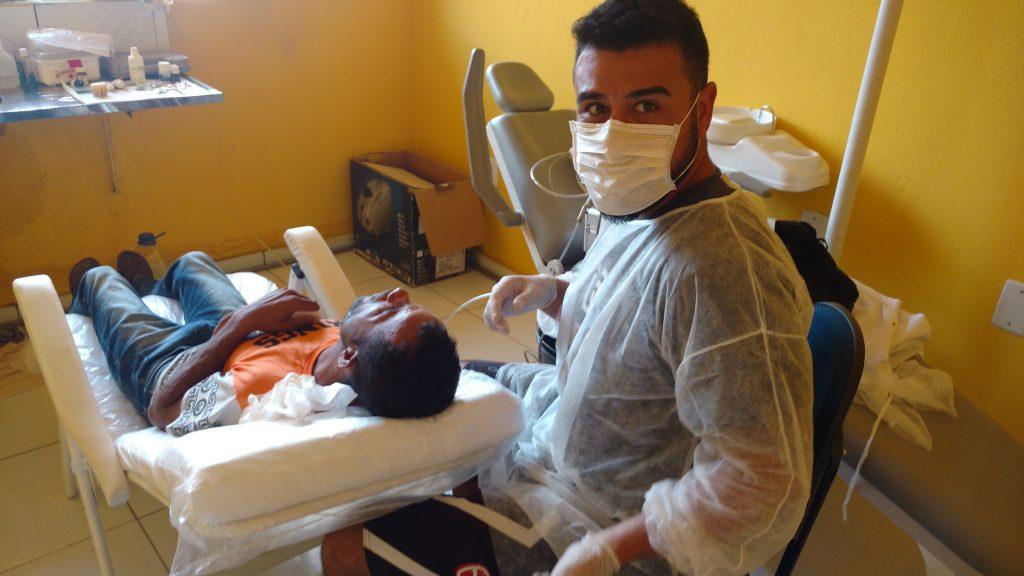 Improvisar procedimentos com qualidade é lema do dentista Thiago Toyama nas missões humanitárias. No ano passado ele esteve no sertão e na Amazônia.