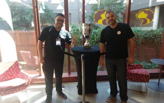 Juliano e Gustavo com a taça da Microsoft Imagine Cup, na Universidade de Washington, em Seattle, local da disputa final.