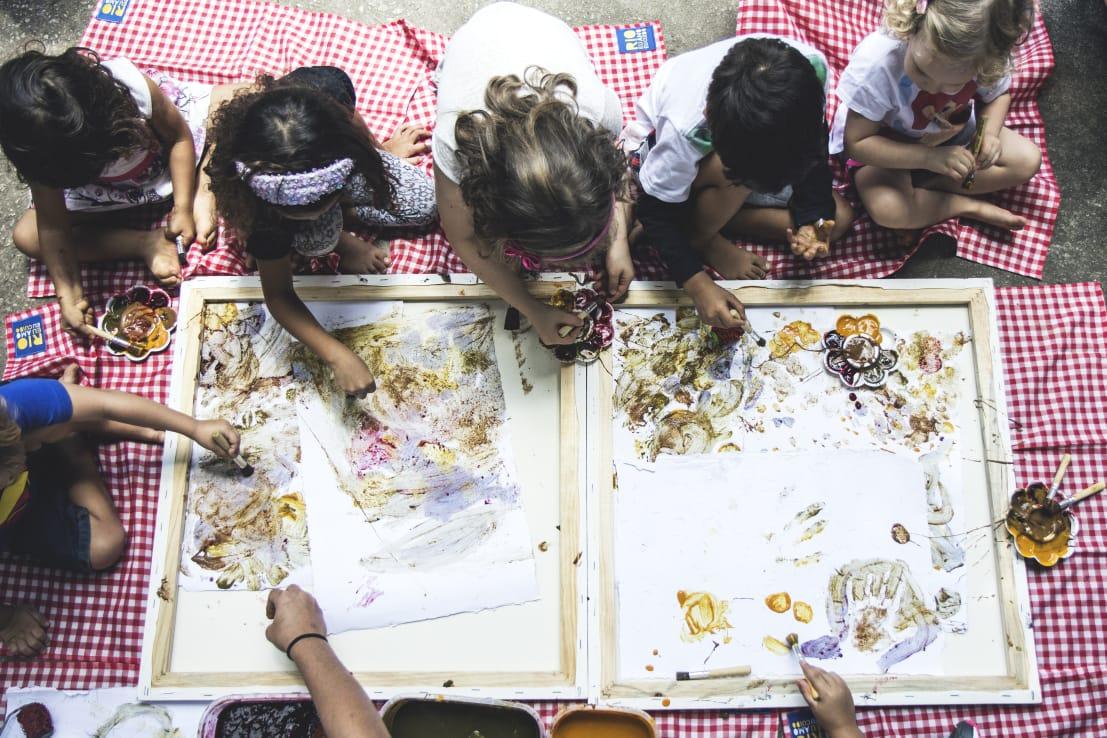 Crianças e tinta de erva mate