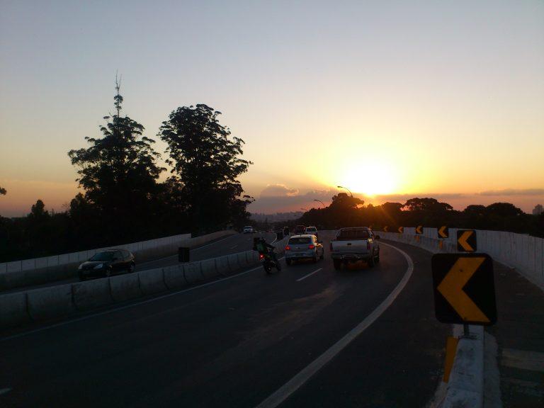 Carro na cidade e por do sol