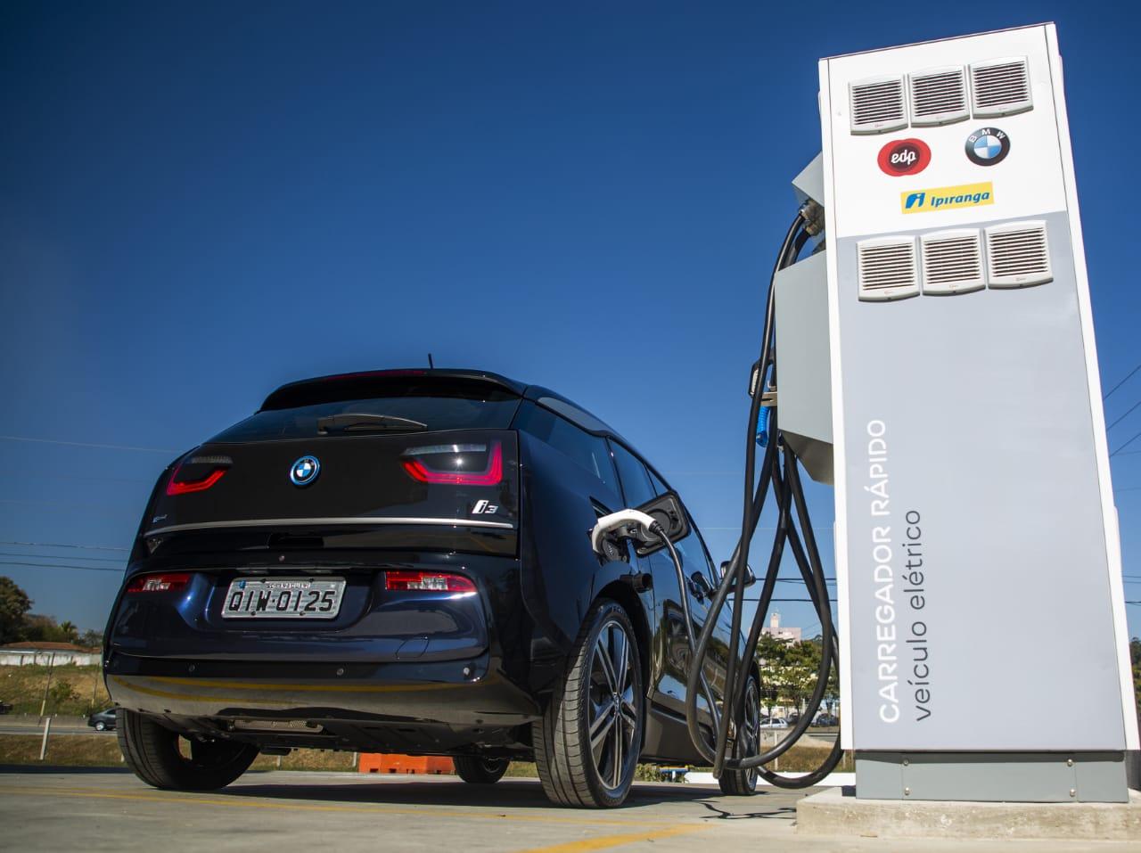 Carro elétrico carregando bateria
