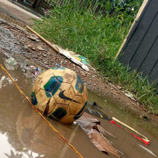 Chuva RJ Bola na água com lixo