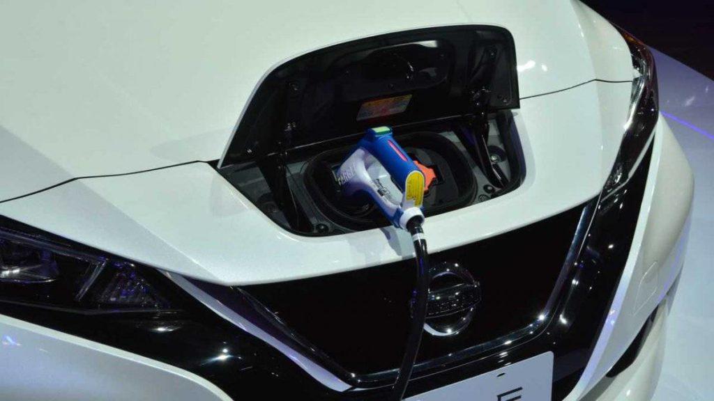 Detalhe da tomada de recarga do Nissan Leaf.